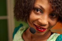 Muchacha afroamericana en centro de atención telefónica Imagenes de archivo
