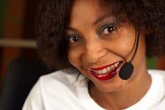 Muchacha afroamericana en centro de atención telefónica Fotografía de archivo
