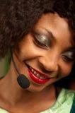 Muchacha afroamericana en centro de atención telefónica Foto de archivo libre de regalías