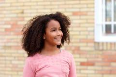 Muchacha afroamericana feliz con el pelo afro Imagen de archivo libre de regalías