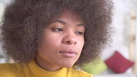 Muchacha afroamericana hermosa con un maquillaje hairstyleputting afro almacen de video