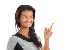 Muchacha afroamericana hermosa que presenta algo y que mira arriba Imágenes de archivo libres de regalías