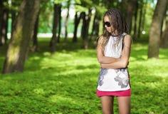 Muchacha afroamericana joven del adolescente con el un montón de Dreadlocks largos que presentan en gafas de sol Fotos de archivo