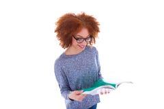 Muchacha afroamericana negra del estudiante que lee un libro Imágenes de archivo libres de regalías