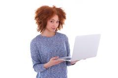 Muchacha afroamericana negra del estudiante que sostiene un ordenador portátil Imagen de archivo libre de regalías