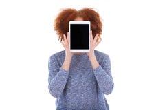 Muchacha afroamericana negra del estudiante que sostiene una tableta táctil adentro Fotos de archivo libres de regalías