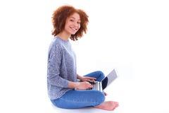 Muchacha afroamericana negra del estudiante que usa un ordenador portátil Imagen de archivo libre de regalías