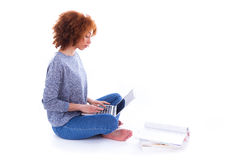 Muchacha afroamericana negra del estudiante que usa un ordenador portátil Foto de archivo libre de regalías
