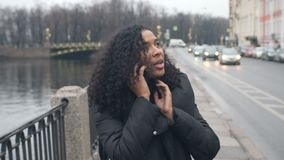 Muchacha afroamericana que camina alrededor de la ciudad de St Petersburg, una hermosa vista de la costa almacen de video