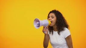 Muchacha afroamericana que grita en el megáfono, información de extensión, conciencia almacen de metraje de vídeo