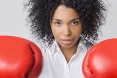 Muchacha afroamericana resuelta con los guantes de boxeo Fotografía de archivo