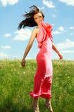 Muchacha agraciada de salto y que vuela en el fondo del cielo azul Fotografía de archivo libre de regalías