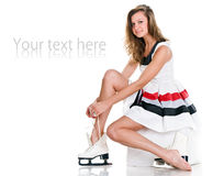 Muchacha agradable atractiva en patines y la alineada corta blanca Imagenes de archivo