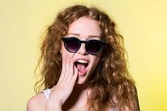 Muchacha agradable con el pelo rizado que grita Foto de archivo