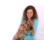 Muchacha agradable con el perro del sharpei Fotos de archivo
