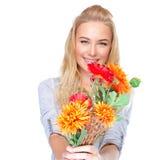 Muchacha agradable con el ramo floral Imagen de archivo
