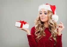 Muchacha agradable de la Navidad que sostiene la caja de regalo de la Navidad blanca Fotos de archivo