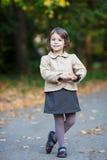 Muchacha agradable del preschooler en el parque del otoño Imagen de archivo libre de regalías