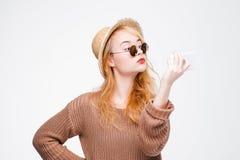 Muchacha agradable en las gafas de sol que toman el selfie con el móvil Foto de archivo libre de regalías