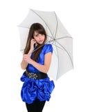 Muchacha agradable en vestido azul que habla por el teléfono móvil Fotografía de archivo