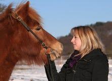 Muchacha agradable que habla con su caballo Imágenes de archivo libres de regalías
