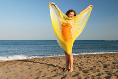 Muchacha agradable que se relaja en la playa Fotos de archivo