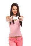Muchacha agradable que sostiene un businesscard en blanco Foto de archivo