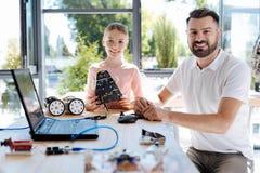 Muchacha agradable que tiene taller de la robótica con su profesor Fotografía de archivo