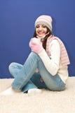 Muchacha agradable vestida con la taza Foto de archivo libre de regalías
