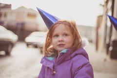 Muchacha (4) al aire libre en abrigo de invierno y sombrero del partido Fotografía de archivo