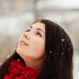 Muchacha al aire libre en día de invierno nevoso Foto de archivo