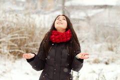Muchacha al aire libre en día de invierno nevoso Imagen de archivo