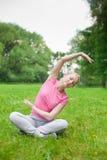 Muchacha al aire libre en el parque Yoga fotos de archivo