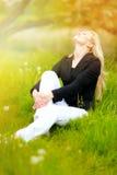 Muchacha al aire libre que disfruta de la naturaleza Imagen de archivo