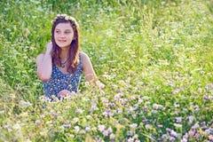Muchacha al aire libre que disfruta de la naturaleza Foto de archivo