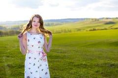 Muchacha al aire libre que disfruta de la naturaleza Mujer en la alineada blanca en campo Fotos de archivo