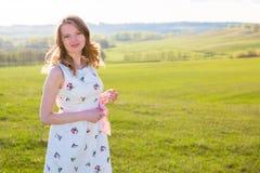 Muchacha al aire libre que disfruta de la naturaleza Mujer en la alineada blanca en campo Imagen de archivo