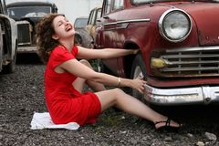 Muchacha al lado del coche retro Fotografía de archivo libre de regalías