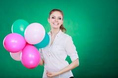 Muchacha alegre adolescente que juega con los globos coloridos Imagen de archivo