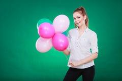 Muchacha alegre adolescente que juega con los globos coloridos Fotos de archivo