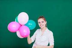 Muchacha alegre adolescente que juega con los globos coloridos Foto de archivo libre de regalías