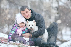 Muchacha alegre con el papá y el pequeño perro Imagen de archivo
