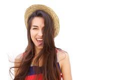 Muchacha alegre con el pelo largo que presenta contra el fondo blanco Foto de archivo libre de regalías