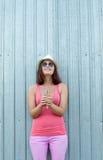 Muchacha alegre con helado en manos Imagen de archivo libre de regalías