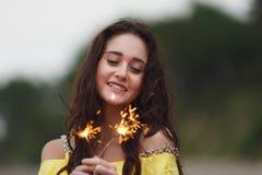 Muchacha alegre con las bengalas Foto de archivo libre de regalías