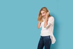 Muchacha alegre con los auriculares aislados Foto de archivo libre de regalías