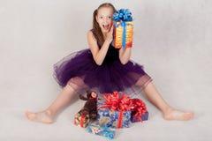 Muchacha alegre con los regalos Foto de archivo libre de regalías