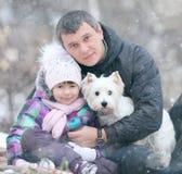 Muchacha alegre con mi papá y pequeño perro Imágenes de archivo libres de regalías