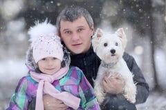 Muchacha alegre con mi papá y pequeño perro Imagen de archivo libre de regalías