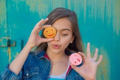 Muchacha alegre con pasteles redondos Imagen de archivo libre de regalías
